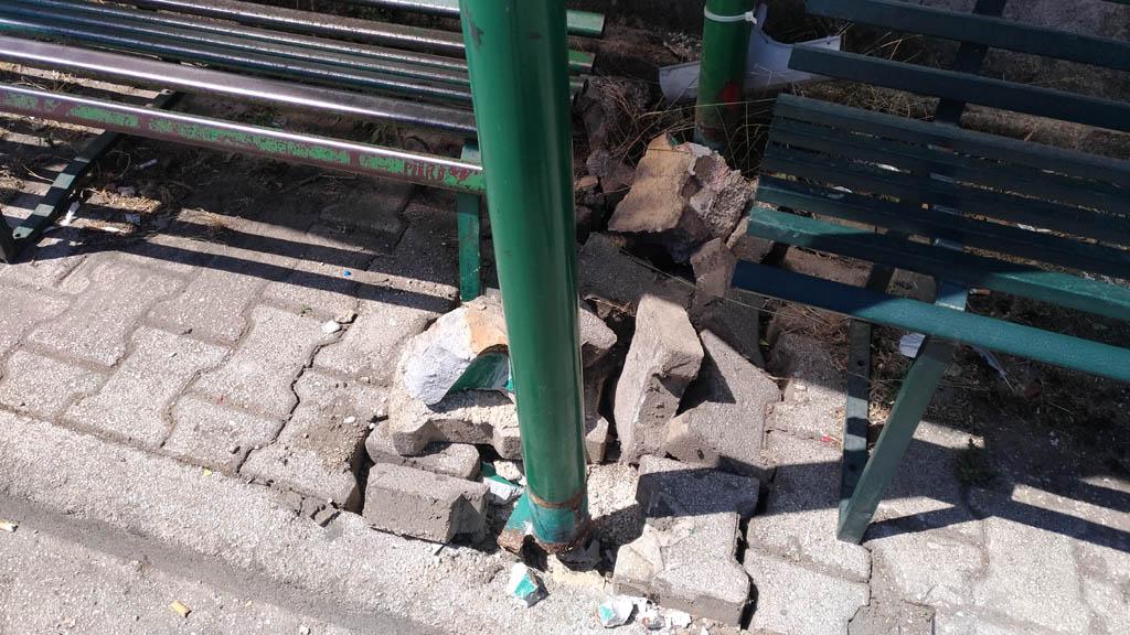 Panchina Rotonda : Teano u2013 mezzi pesanti in centro trivella distrugge panchina u2013 paese