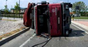 SAN CIPRIANO D'AVERSA – Finisce nella scarpata col suo tir, muore 54enne