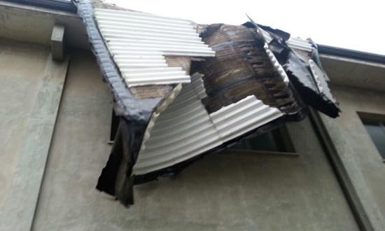 CONCA DELLA CAMPANIA – Sventrato il tetto della scuola, tragedia sfiorata in paese